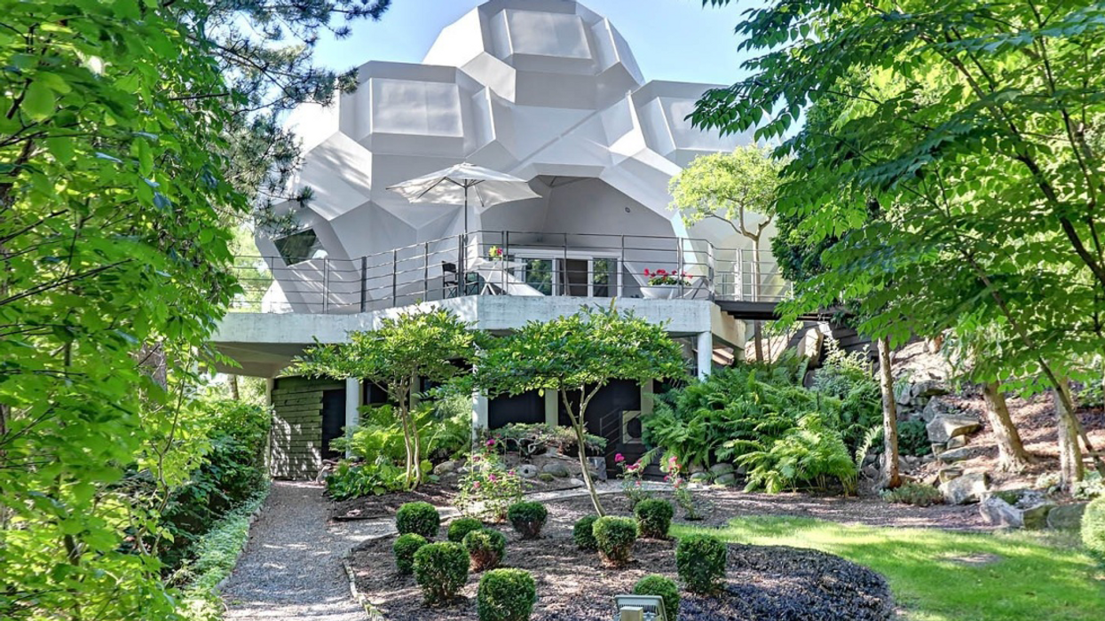 """A Look Inside The Most Insane """"Futuristic"""" $1,000,000 Quebec Mansion"""