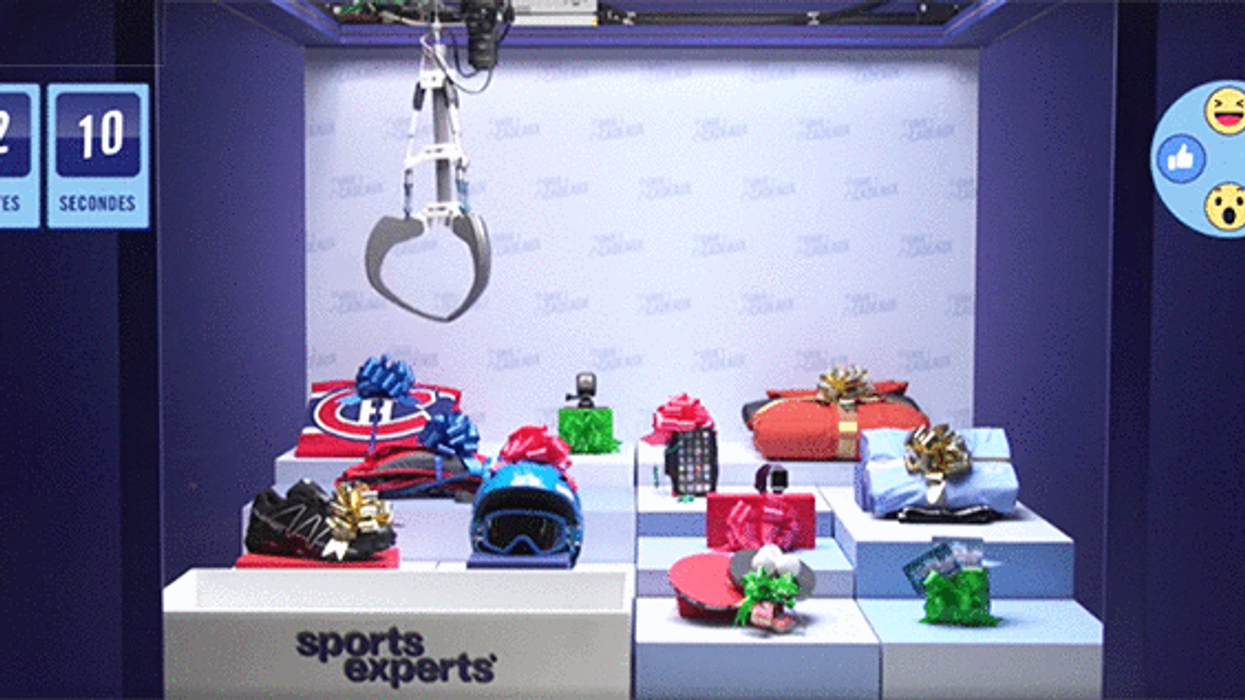 """Sports Experts' Facebook Live """"Crane Game"""" Is Giving Out Free Presents During The Holidays"""