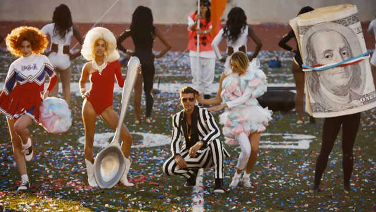 """Robin Thicke Aparently Has A Big Dick For Us In His New Music Video 'Give It 2 U"""""""